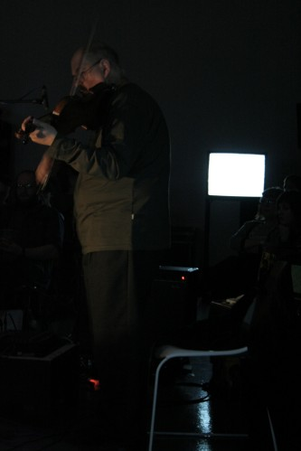 Philipp Wachsmann playing violin in the dark at KYTN 08