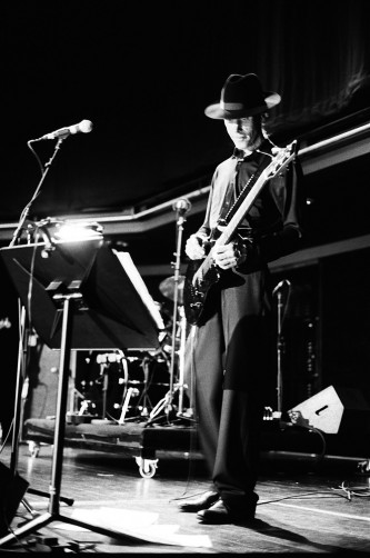 Jandek playing a guitar at MLFC 05