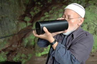Akio Suzuki blowing into a metal can + spring in a cave