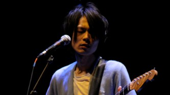 Hisato Huguchi playing an electric guitar at MLFC 07